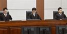 """""""인민재판 중단하라"""" """"이게 법이냐"""" 재판장 메운 박근혜 지지자들"""