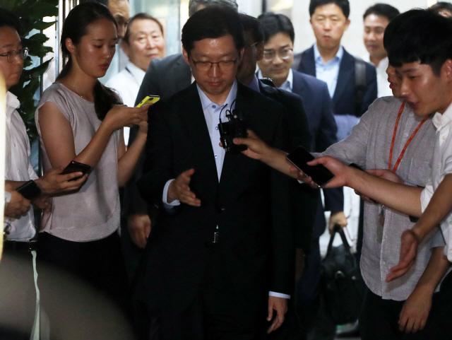특검 나오던 김경수 뒤통수 가격한 50대 유튜버 체포