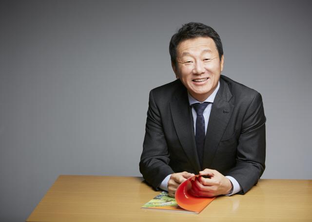 [직원 보양식 격려 2인 2색] '이열치열' 삼계탕 쏜 최윤 아프로서비스그룹 회장