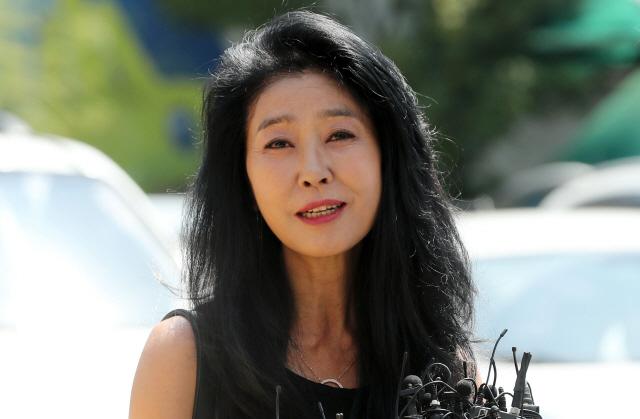 김부선, 경찰 출석 30분 만에 귀가…'진술 안하겠다'