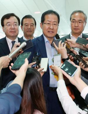 귀국 앞두고 '페북정치' 재개한 홍준표