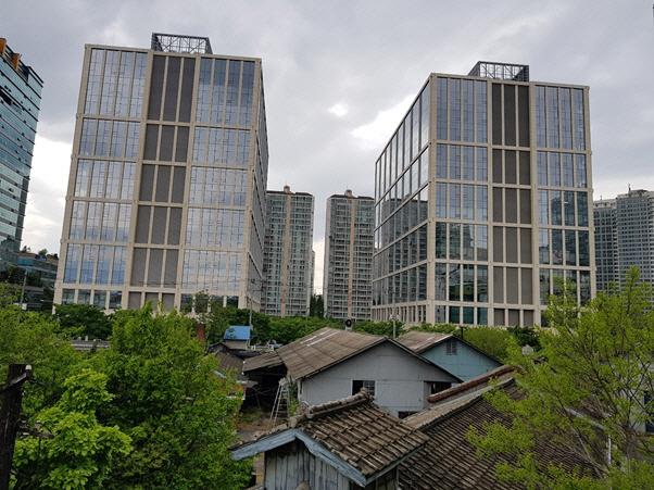[건축과 도시] 영시티, 주변 미개발지 고려해 튀지않게..미래 내다본 타임리스 디자인