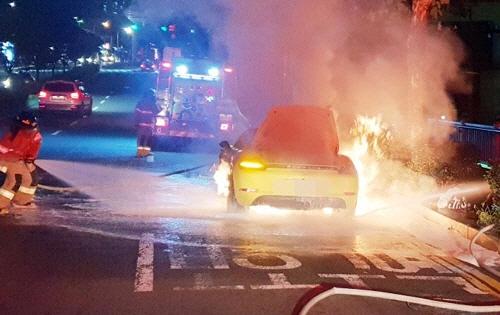 도로 달리던 포르쉐에서 불…경찰 '엔진 발화 추정'