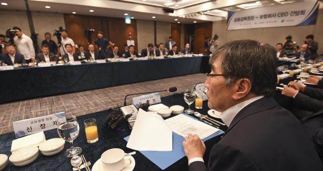 '소비자 눈높이 못따라가'..보험사에 또 일침 놓은 윤석헌
