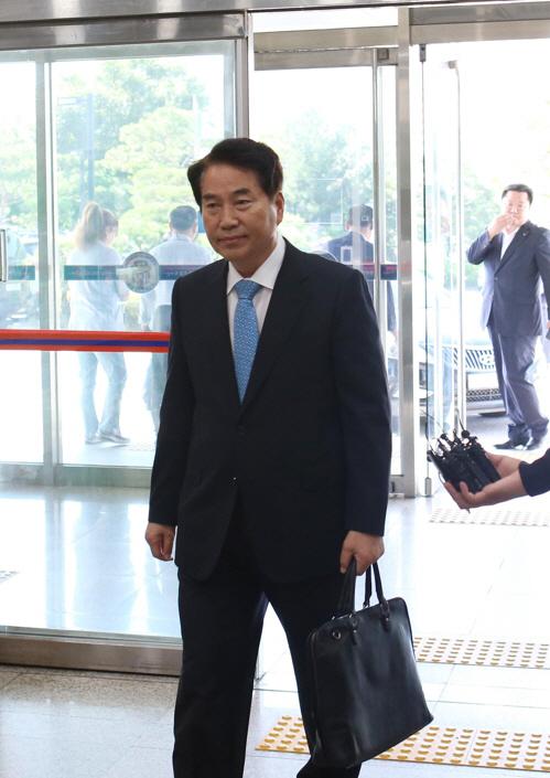 '선거법 위반' 백군기 용인시장, 12시간 경찰 조사 후 귀가