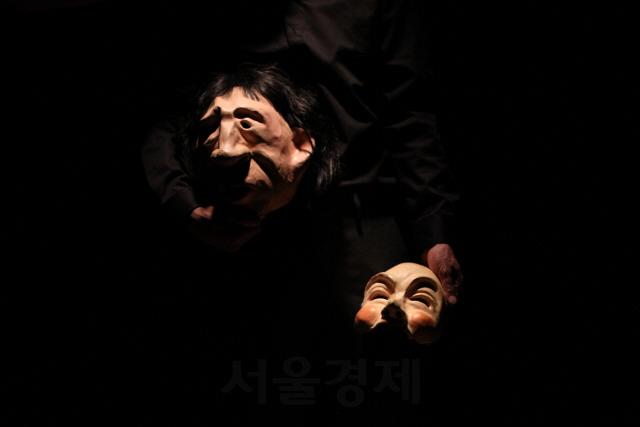 인물의 갈등을 승화한 마스크 1인극 '더 원'