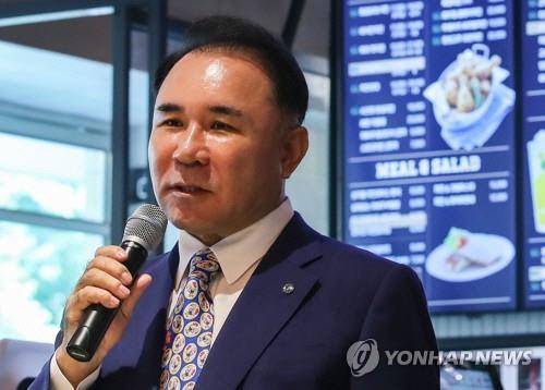 '갑질논란' BBQ 회장 무혐의, 檢 '증거 없다'