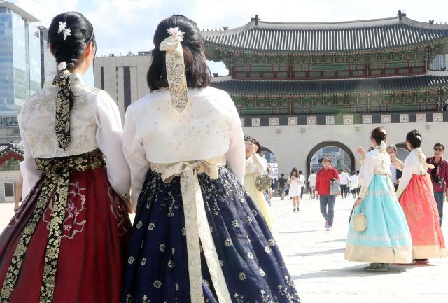 '퓨전한복' 궁궐 무료입장 폐지 놓고 찬반 팽팽