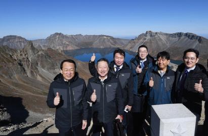 백두산 등산한 재계 총수 방한복으로 낙점된 K2, 배경은?