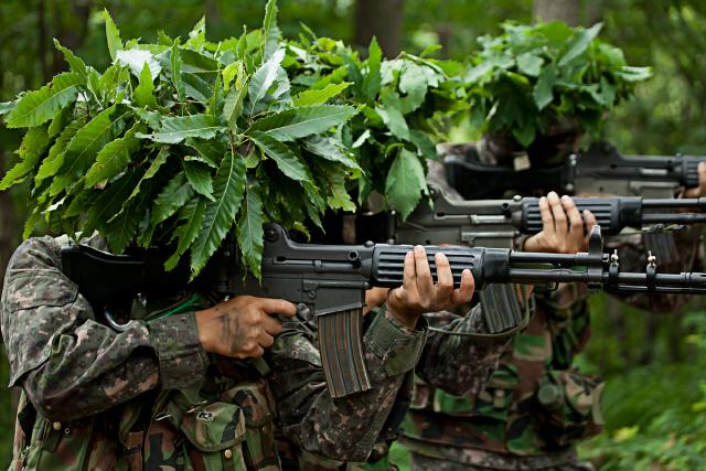 육군, 간부들에 '사제 장비' 구매 허용…'무기류는 제외'