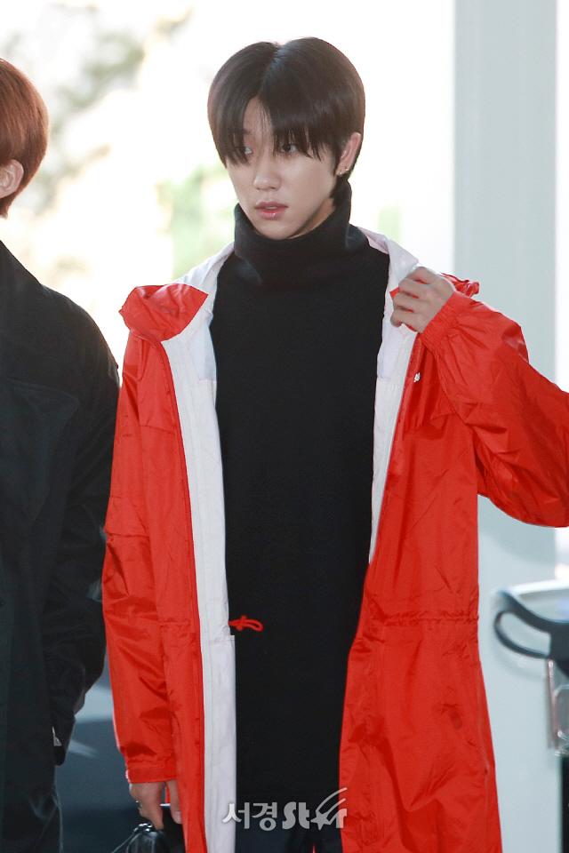 세븐틴 디에잇, '빨강 레인코트 입고' (공항패션)