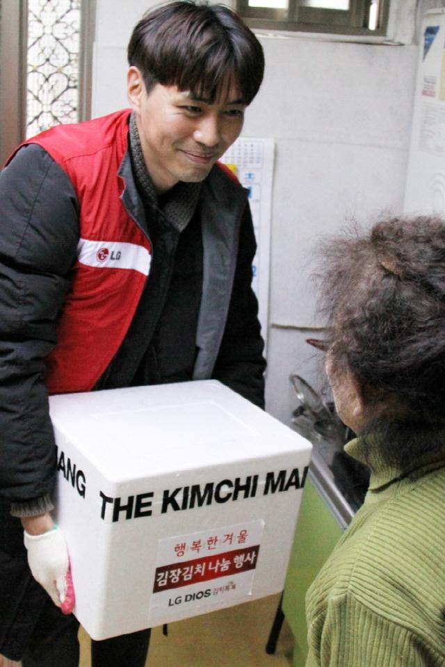 LG전자, 김치냉장고 1대 판매에 김치 1㎏씩 독거노인에게 전달