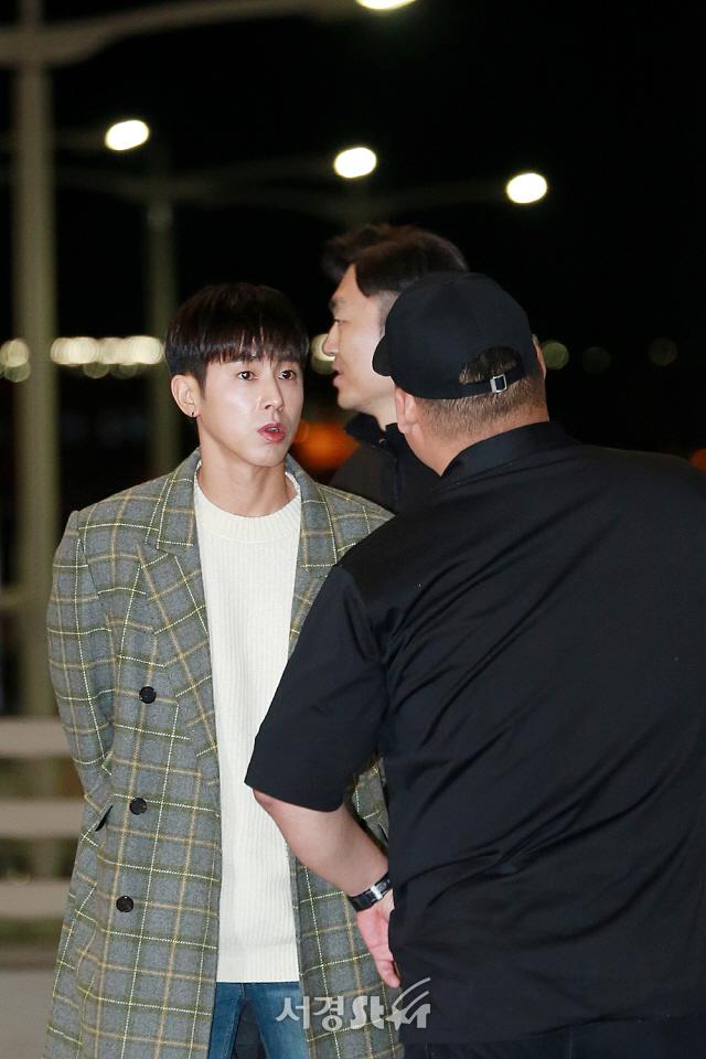 동방신기 유노윤호, '혼나는거 아니에요~' (공항패션)