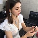 이민정, 푹 파인 드레스에 레드립까지…여전한 '미모+몸매'