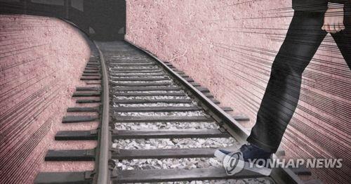 철로 옆 도색작업 하던 60대, 달리는 기차에 치여 사망