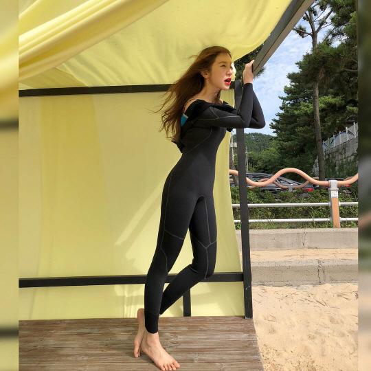 '이 몸매 설렘주의'…윤은혜, 서핑 슈트로 섹시美 장착