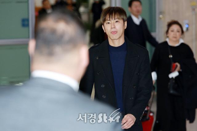 동방신기 유노윤호, '경호원 보자마자 장난끼 발동' (공항패션)