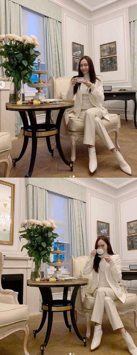'얼음공주' 제시카 최근 근황, 흰 수트 장착하고 '늘씬 몸매' 과시