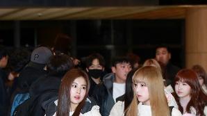 아이즈원 강혜원-최예나, '팔짱끼고 나란히' (공항패션)