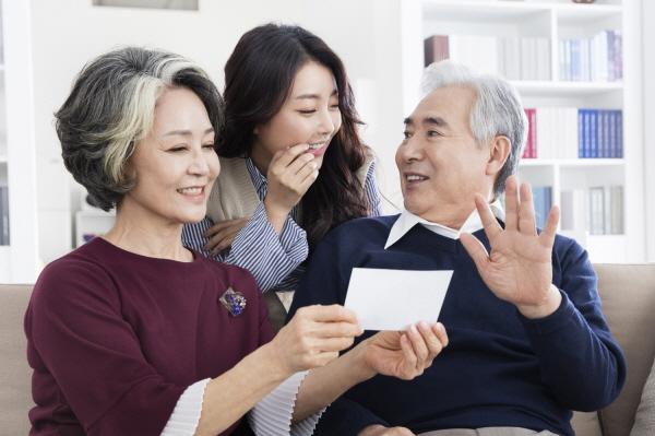 노인성 난청 부모님 연말연시 선물 '보청기', 올바른 구입과 사후관리 필수