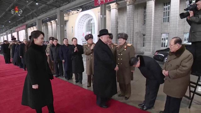 김정은 도착하자…90도로 인사하고 눈물 흘리는 北간부들