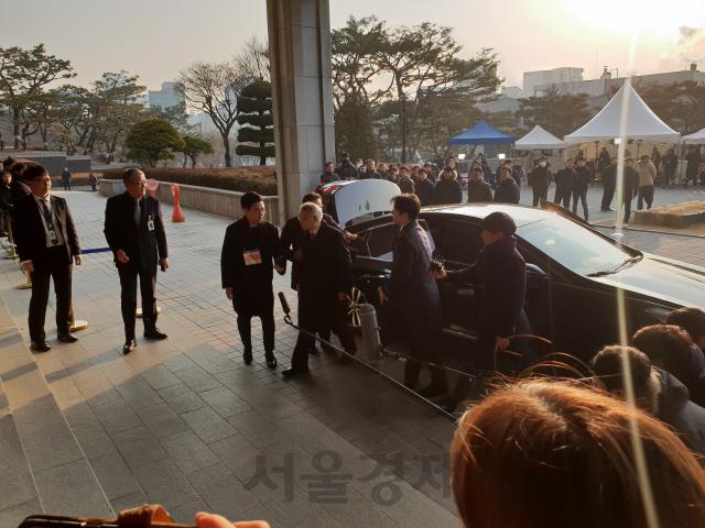 '강제징용 소송 개입 문제의식은'… 양승태, 검찰 포토라인 질문에 함구