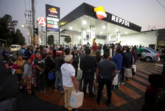 멕시코, '석유 절도와 전쟁' 선포에 주유소 장사진