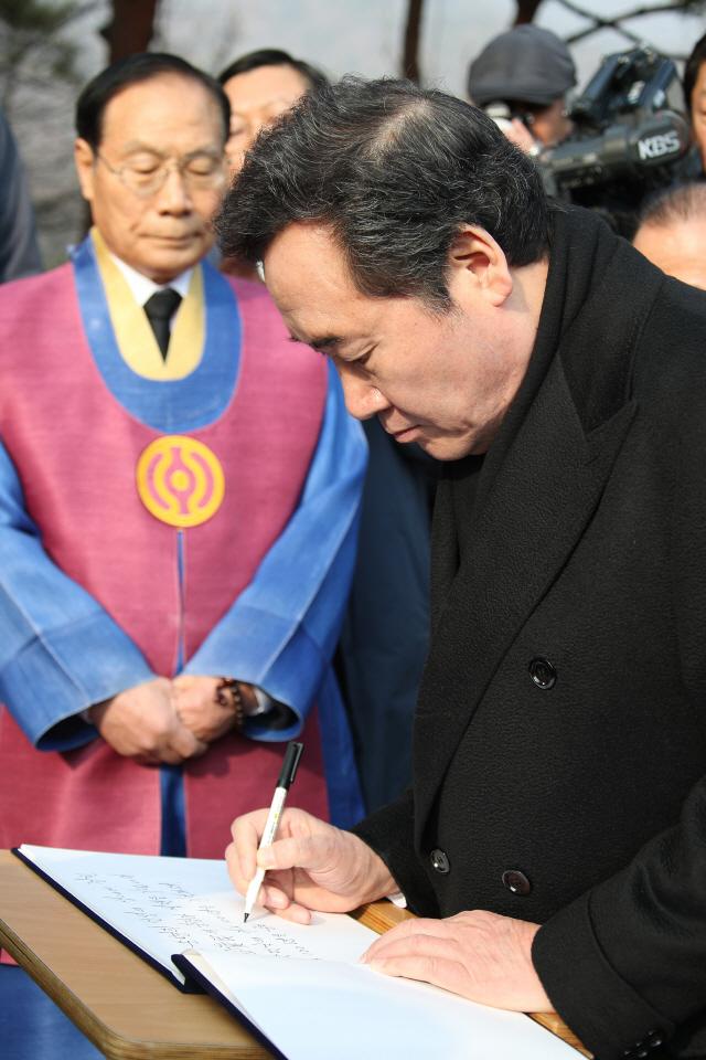 """이낙연 총리 """"일본은 과거 앞에, 한국은 미래 앞에 겸허해야"""""""