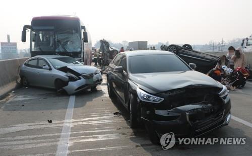 중부고속도로서 차량 10대 연쇄 추돌 사고…9명 부상