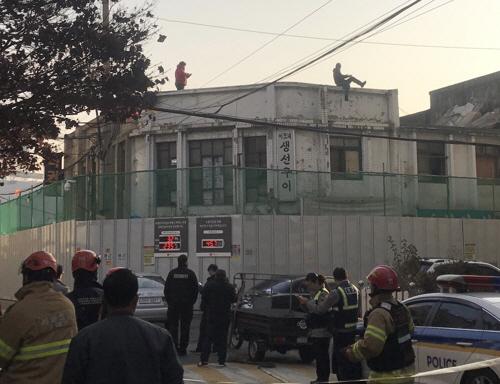 '청량리 집창촌' 점포 세입자들, 폐상가 옥상서 고공 시위