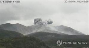 日 가고시마 화산 폭발, 주민 피난소로 대피령.. 분석 약 1km까지 떨어져