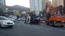 부산서 좌회전하던 16t 트럭 전도…건축폐기물 쏟아져 도로 통제
