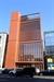 [건축과 도시] 서울옥션 강남센터, 삭막한 압구정 로데오 비추는 '구릿빛 조명등'