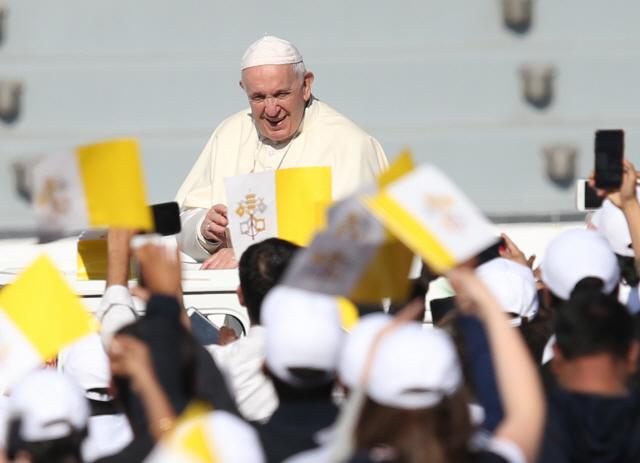 """트럼프 """"군사옵션도 테이블"""" 언급에…교황에 SOS 날린 마두로"""