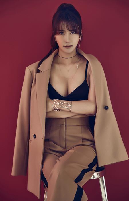 한시연, 정장자켓 사이로 드러난 가슴골...'섹시美 발산' 화보 공개
