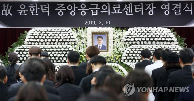 """故 윤한덕 센터장 영결식 엄수…이국종 """"닥터헬기에 이름 새길 것"""""""