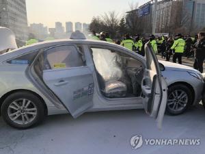 국회 앞서 또 '분신 추정' 택시 화재…60대 남성 병원 이송