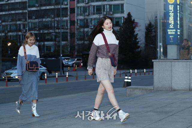 송해나-김진경, 압구정 거리서 모델 워킹