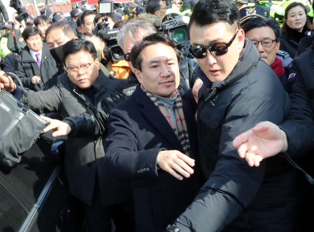 """김진태, 5·18유공자 거센 항의 받아…""""우리가 북한군이냐"""""""