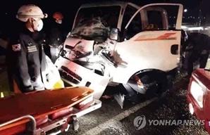 경부고속도로서 고장난 화물차에 차량 3대 추돌…3명 부상