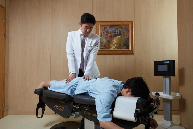 10~40도 휜 척추 '치료법 없다' vs '추나치료 효과'