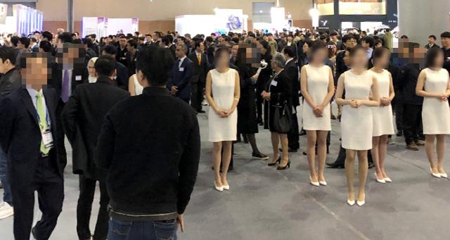 [단독]女 원피스 입고 도열…서울모터쇼 VIP '황제관람' 구설수