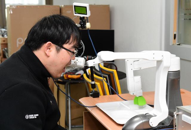 [로봇이 간다] 약사도 꺼린다는 항암제 직접 만들고 장애인 식사도 도와