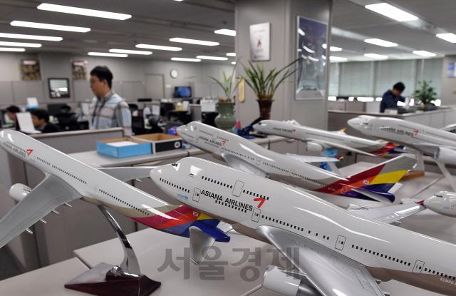 분주한 아시아나항공 직원들