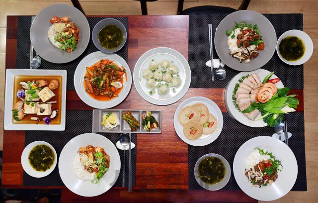 [행복한 식탁이 옵니다]국·수육·5가지 반찬...60대 부모님도 '집밥 같은 간편식 좋아요'