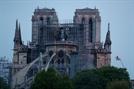 소방관들 사투 끝에 구한 '노트르담 유물', 루브르로 옮긴다