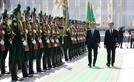 투르크멘 의장대 사열하는 문 대통령