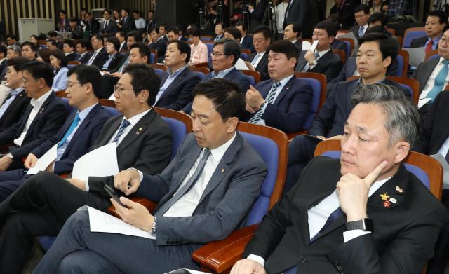 민주당, 패스트트랙 의총 '만장일치'로 당론 추인