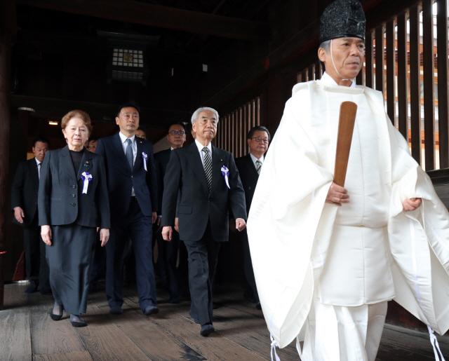 아베 공물 이어 日의원들, 'A급 전범 합사' 야스쿠니 신사 집단 참배