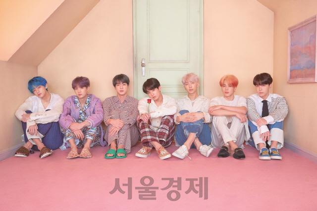 방탄소년단, 한국 가수 최초 美 빌보드 '핫 100' 2곡 동시 차트인